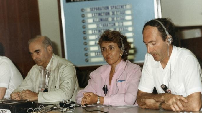 Hubert Curien, président du CNES, accompagne le président de la République François Mitterrand et Pierre Joxe, ministre de l'Industrie, lors du salon du Bourget, le 5 juin 1981
