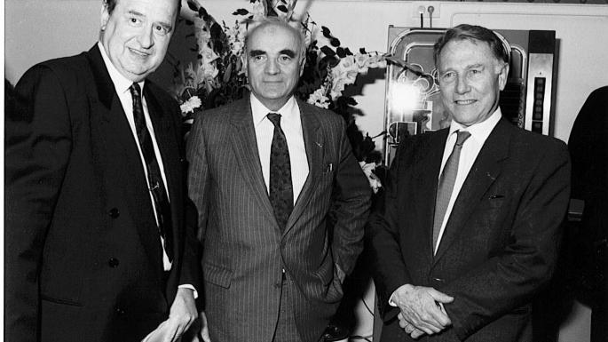 En présence d'Hubert Curien, le ministre en charge de la recherche Olivier Guichard remet en 1971 la médaille d'or du CNRS à Bernard Halpern