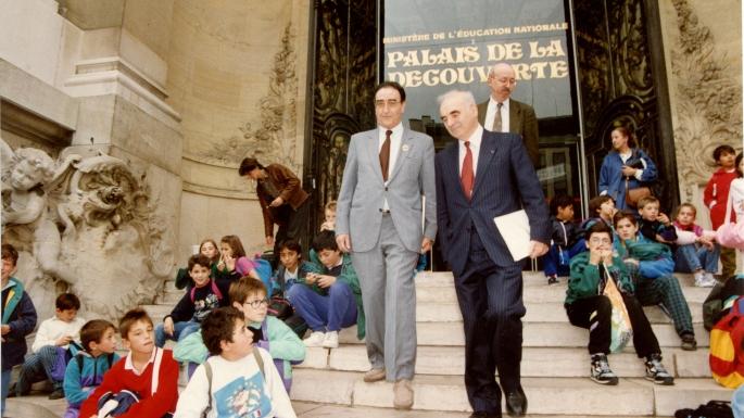 Hubert Curien avec son homologue allemand Heinz Reisenhüber à Paris, le 16 décembre 1988, lors de la réunion ministérielle de lancement de l'ESRF (European Synchrotron Research Facility