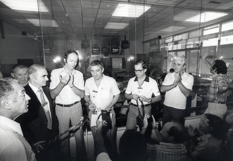 Visite d'Hubert Curien, ministre de la Recherche (à droite) et Jean-Pierre Haigneré, spationaute (à gauche) lors du salon du Bourget 1987